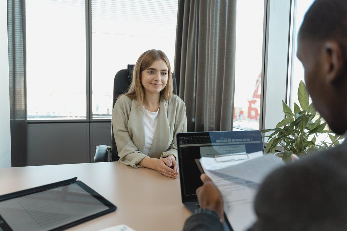comment se présenter lors d'un entretien d'embauche exemple